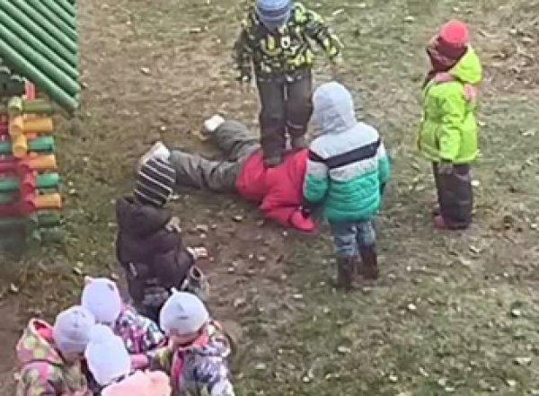 В Ярославле малыши в детсаду толпой избили одногруппницу на глазах у взрослых (ВИДЕО)