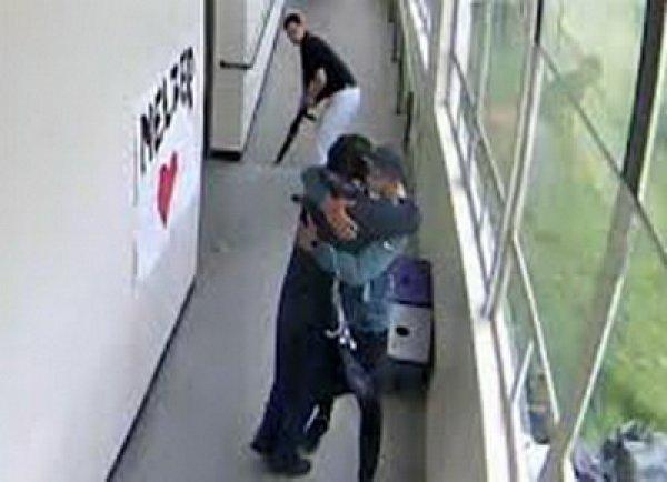 В США школьный тренер обезоружил объятиями слетевшего с катушек ученика с ружьем (ВИДЕО)