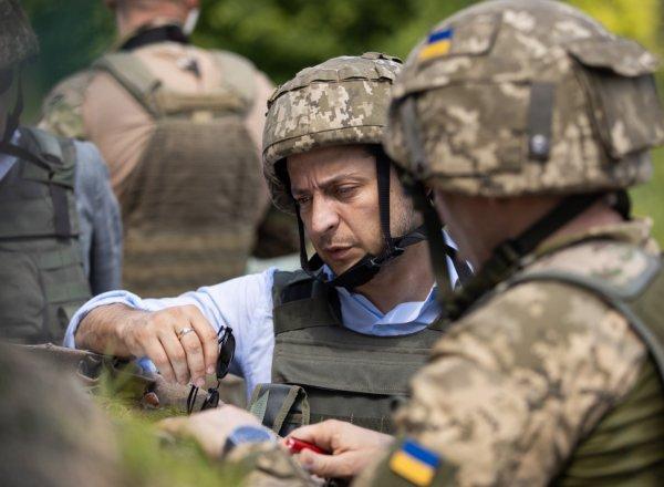В Сети высмеяли наряд Зеленского во время поездки на Донбасс