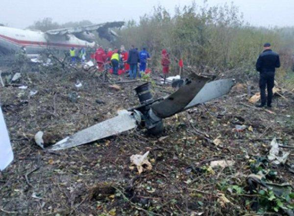 Украинский АН-12 селвозле кладбища с четырьмя погибшими на борту (ФОТО)