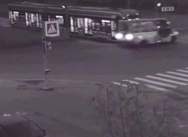 Видео столкновения маршрутки с трамваем в Петербурге появилось в Сети: 16 пострадавших