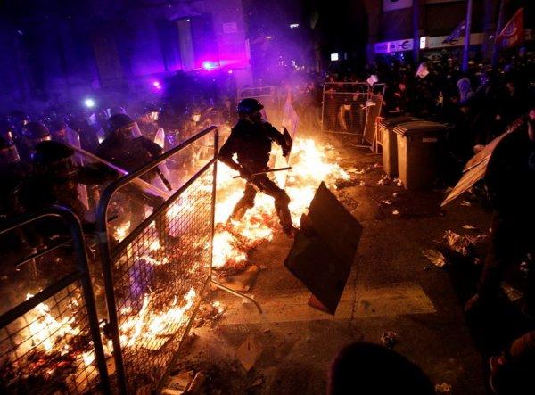 Барселона в огне: на акциях протеста в Каталонии пострадали 74 человека