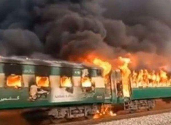 При взрыве в пассажирском поезде в Пакистане погибли более 60 человек, десятки ранены (ФОТО, ВИДЕО)