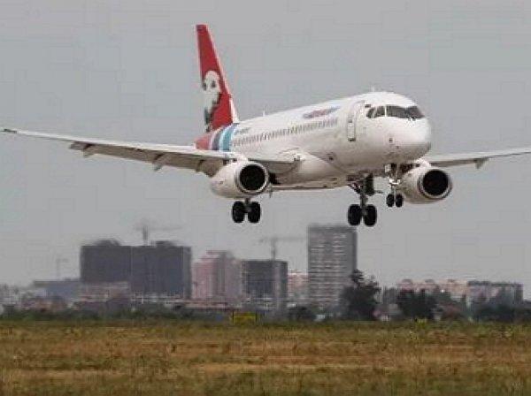 Самолёт SSJ-100 экстренно сел в Тюмени из-за отказа двигателя