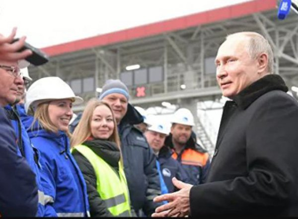 """Путин открыл трассу М-11, спустившись с """"небес"""" (ВИДЕО)"""