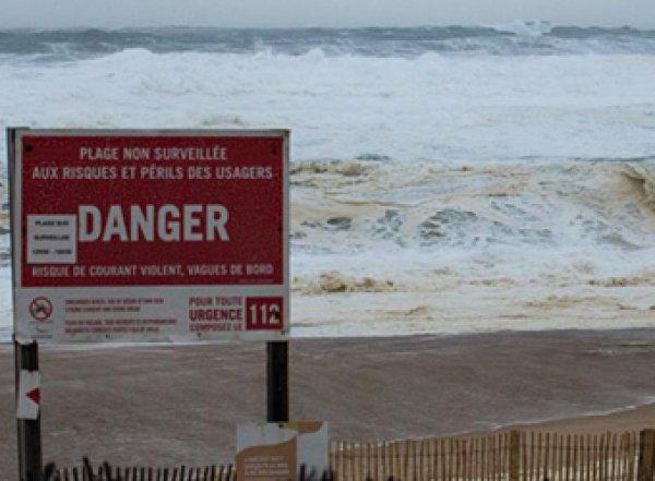 Французская полиция нашла на берегу около тонны выброшенного морем кокаина