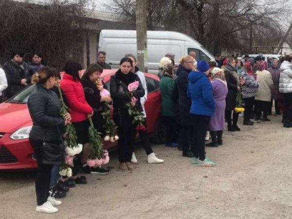 Мать убитой девочки в Крыму публично унизили на похоронах