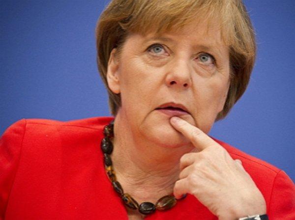 В Сеть слили видео падения Меркель на сцене