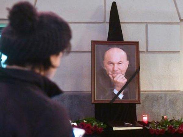 Похороны Лужкова: онлайн трансляция прощания с экс-мэром Москвы доступна в Сети (ВИДЕО)