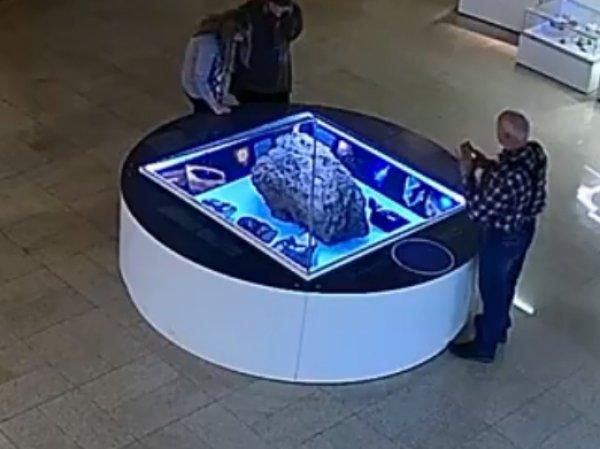 Видео загадочного раскрытия купола над Челябинским метеоритом в музее вызвало фурор