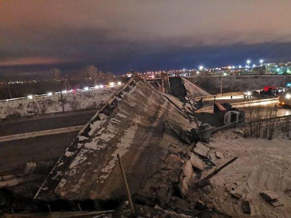Момент обрушения моста в Оренбурге, раздавившем два авто, попал на видео