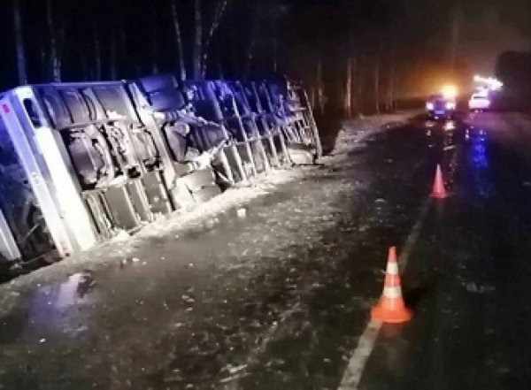 В перевернувшемся под Псковом автобусом пострадали 19 человек