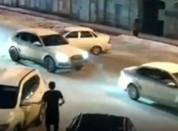 В Перми взбесившаяся машина завелась и кружила по двору, сбивая другие авто (ВИДЕО)