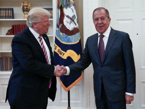 """""""Путин должен так же"""": фото сидящего Трампа на фоне стоящего Лаврова возмутило Сеть"""