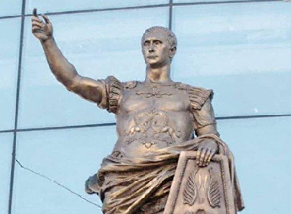 В Сети нашли римскую статую Путина на торговом центре в Санкт-Петербурге