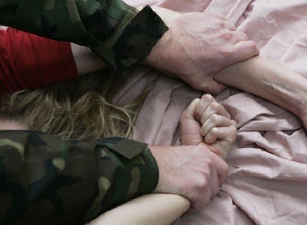 В Омской области бывший зэк изнасиловал дочь на глазах у отца