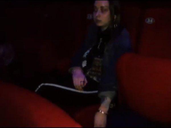 """Зрительница последнего сеанса в киноцентре """"Соловей"""" приковала себя наручниками в знак протеста"""