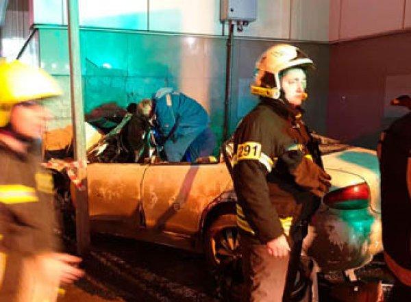 В Москве автомобиль врезался в станцию МЦК: трое погибших. Момент аварии попал на видео