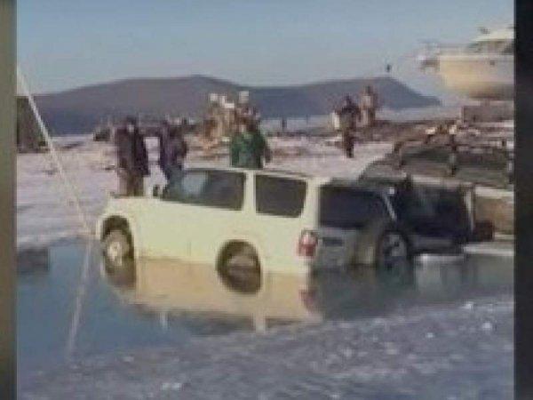 Во Владивостоке около 30 автомобилей провалились под лед