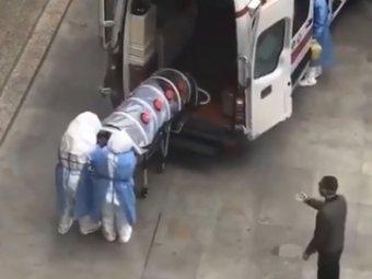 Перевозка зараженного короновирусом пациента из Китая напомнила сцену из фильма ужасов (ВИДЕО)