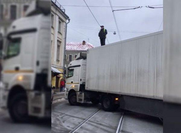 Водитель фуры и отец семерых детей перекрыл улицу в Москве из-за бедности (ВИДЕО)