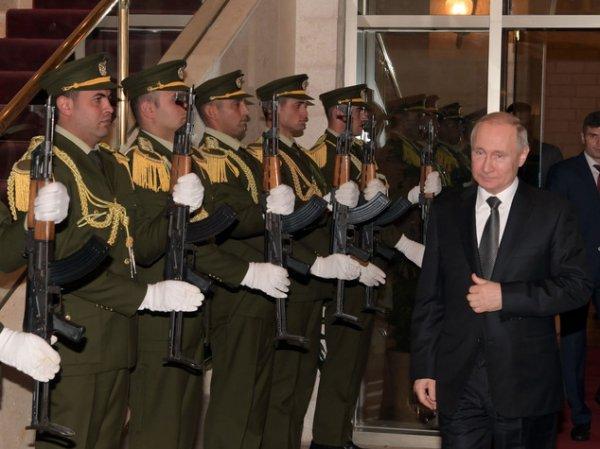 Путин надел на голову офицера караула слетевшую фуражку (ВИДЕО)