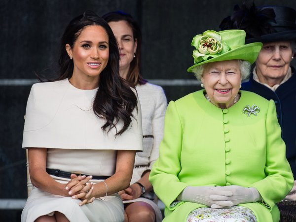 Королева Елизавета забрала у Меган Маркл все подаренные украшения