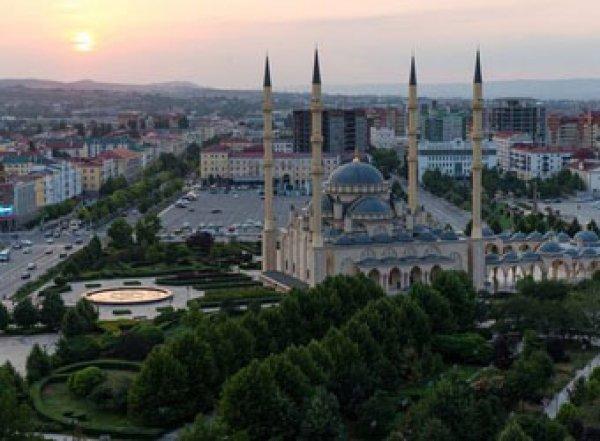Дагестанец покурил возле мечети «Сердце Чечни» и исчез
