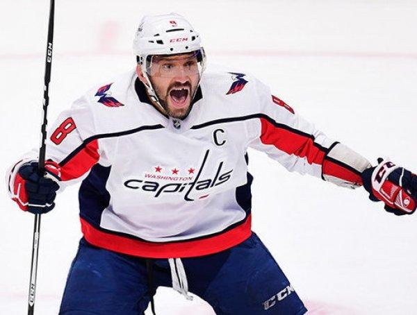 """Овечкин забросил 700-ю шайбу в НХЛ: игроки """"Вашингтона"""" высыпали на лед поздравить капитана"""