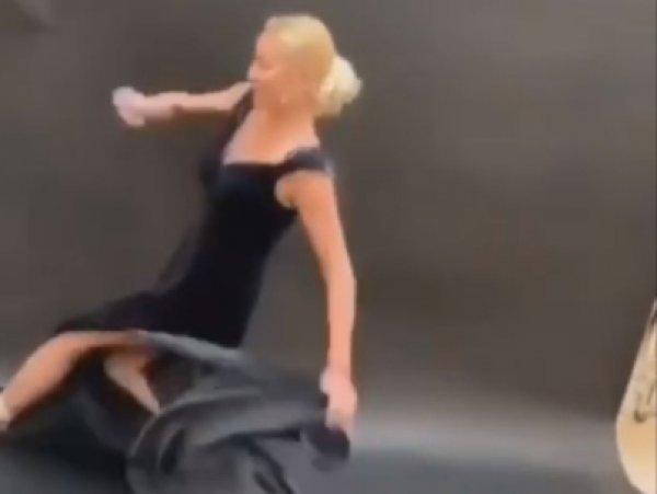 """""""Довыпендривалась"""": Волочкова поскользнулась на платье и рухнула на пол перед камерой (ВИДЕО)"""