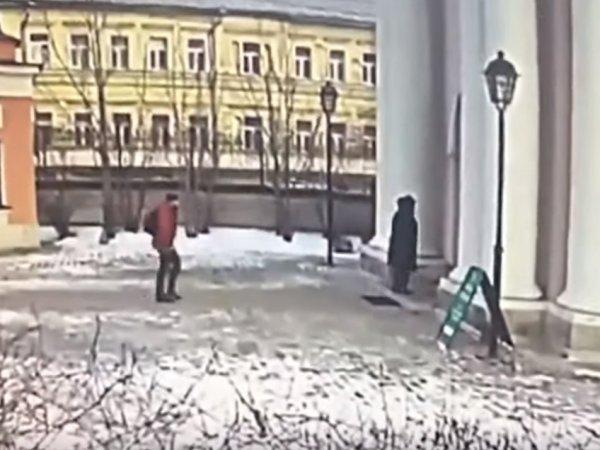 Видео нападения мужчины на храм в Москве появилось в Сети