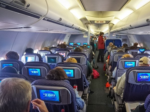 Россиянка нашла 1 млн рублей в туалете самолета и попала под статью