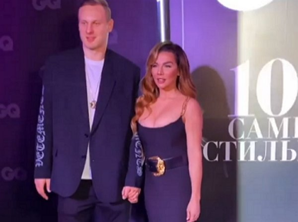 """""""Ведет себя как шельма"""": Седакова вызвала омерзение в Сети развратным поцелуем с бойфрендом (ВИДЕО)"""