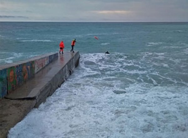 В Крыму огромная волна смыла с пирса туристов, оба погибли (ВИДЕО)