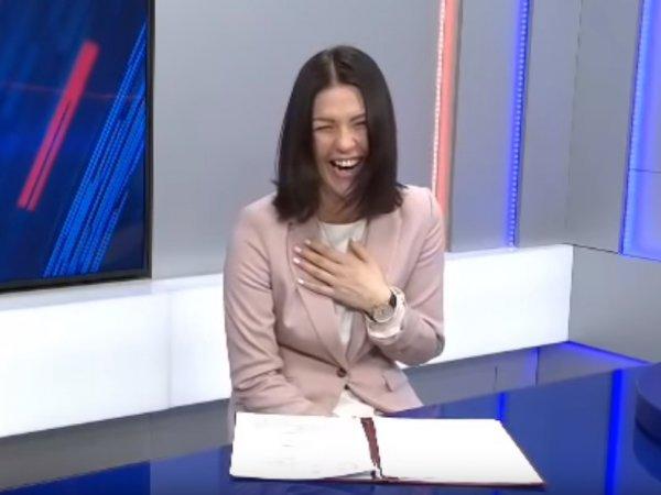 """Ведущая """"Вестей"""" рассмеялась, зачитывая новость о повышении льгот на 3%"""