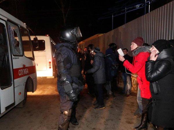 """""""Корономайдан"""": под Полтавой украинцы забросали кирпичами своих граждан, эвакуированных из Китая"""