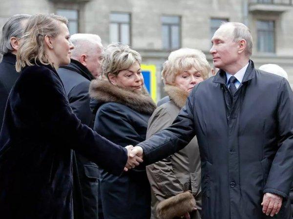 Видео рукопожатия Путина и Собчак у памятника ее отцу появилось в Сети