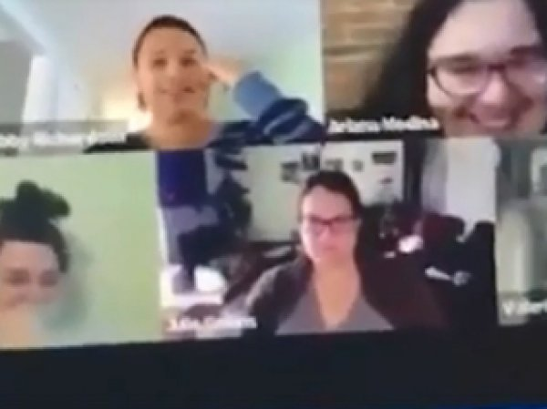 """Девушка случайно сходила в туалет при коллегах во время видеоконференции на """"удаленке"""" (ВИДЕО)"""