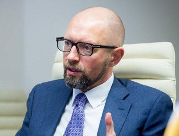 Изможденного Яценюка в маске под руки доставили в клинику Киева (ФОТО)