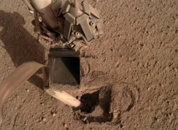 Буривший Марс зонд NASA внезапно застрял и ожил только после удара ковшом (ВИДЕО)