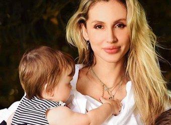 Карантинные фото Лободы с дочками умилили Сеть