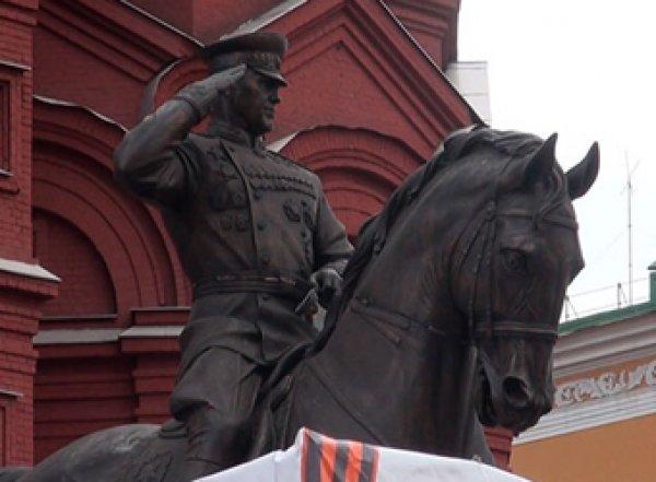 Памятник Жукову на Манежной площади заменили на новый: теперь маршал отдает честь (ФОТО)