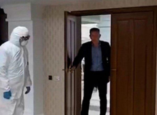 Два силовика в химзащите увели бизнесмена прямо с совещания на Сахалине (ВИДЕО)