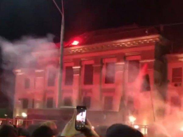 Обстрел ракетницами посольства России в Киеве попал на видео