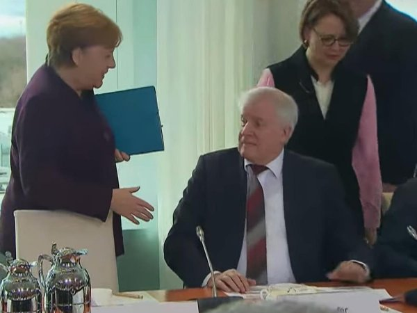 Глава МВД Германии не стал пожимать руку Меркель из-за коронавируса (ВИДЕО)