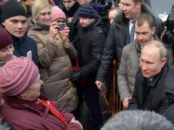 """СМИ нашли в толпе """"случайных прохожих"""", встретившихся с Путиным в Петербурге, чиновников и """"троллей"""""""