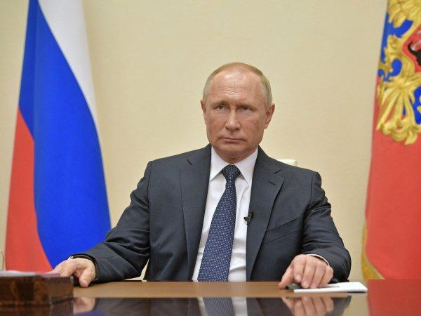 Песков рассказал, почему часы Путина отставали во время обращения