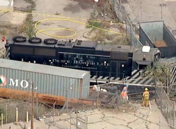 СМИ: в США машинист пустил поезд под откос, чтобы протаранить плавучий госпиталь (ВИДЕО)