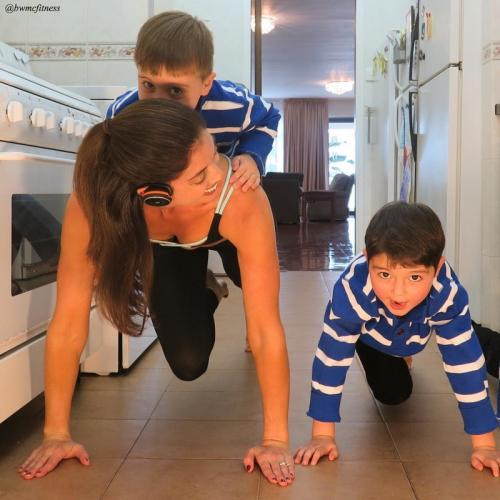 Дженнифер Гельман — мультизадачная мама, тренирующаяся даже на кухне