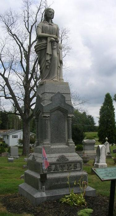 Анна и Мартин жили тихо, больше уже не пытаясь завести детей. в 1888 году на 42-м году жизни Анна внезапно умерла во сне от сердечного приступа. Мартин заказал для нее статую из Европы, он поставил эту статую на могилу своей жены, продал свой дом и переехал жить в другой город. Через 17 лет лет он снова женился на женщине обычных размеров и они тихо-мирно прожили вместе до самой его смерти в 1919 году. Ему на тот момент было 82 года.Могила Анны Бейтс.